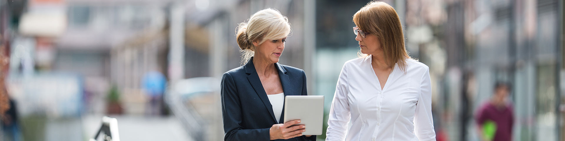 womens-leadership-experience-2-business-women-looking-at-ipad-center-for-creative-leadership